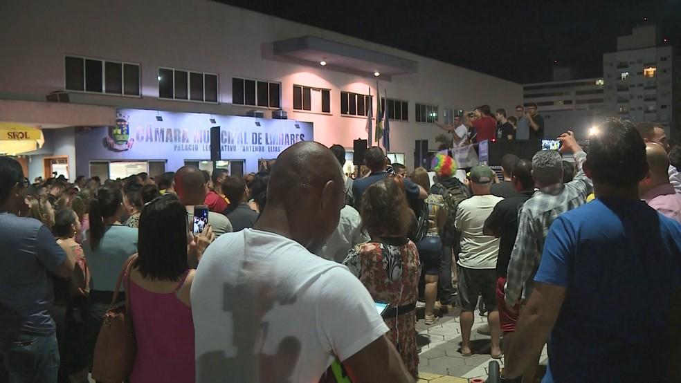 População reunida em frente à Câmara de Linhares na noite desta segunda-feira (18) — Foto: Reprodução/ TV Gazeta