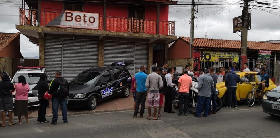 Homem foi encontrado morto na casa onde também mantinha um salão de cabeleireiro — Foto: Lucas Rangel/TV Vanguarda