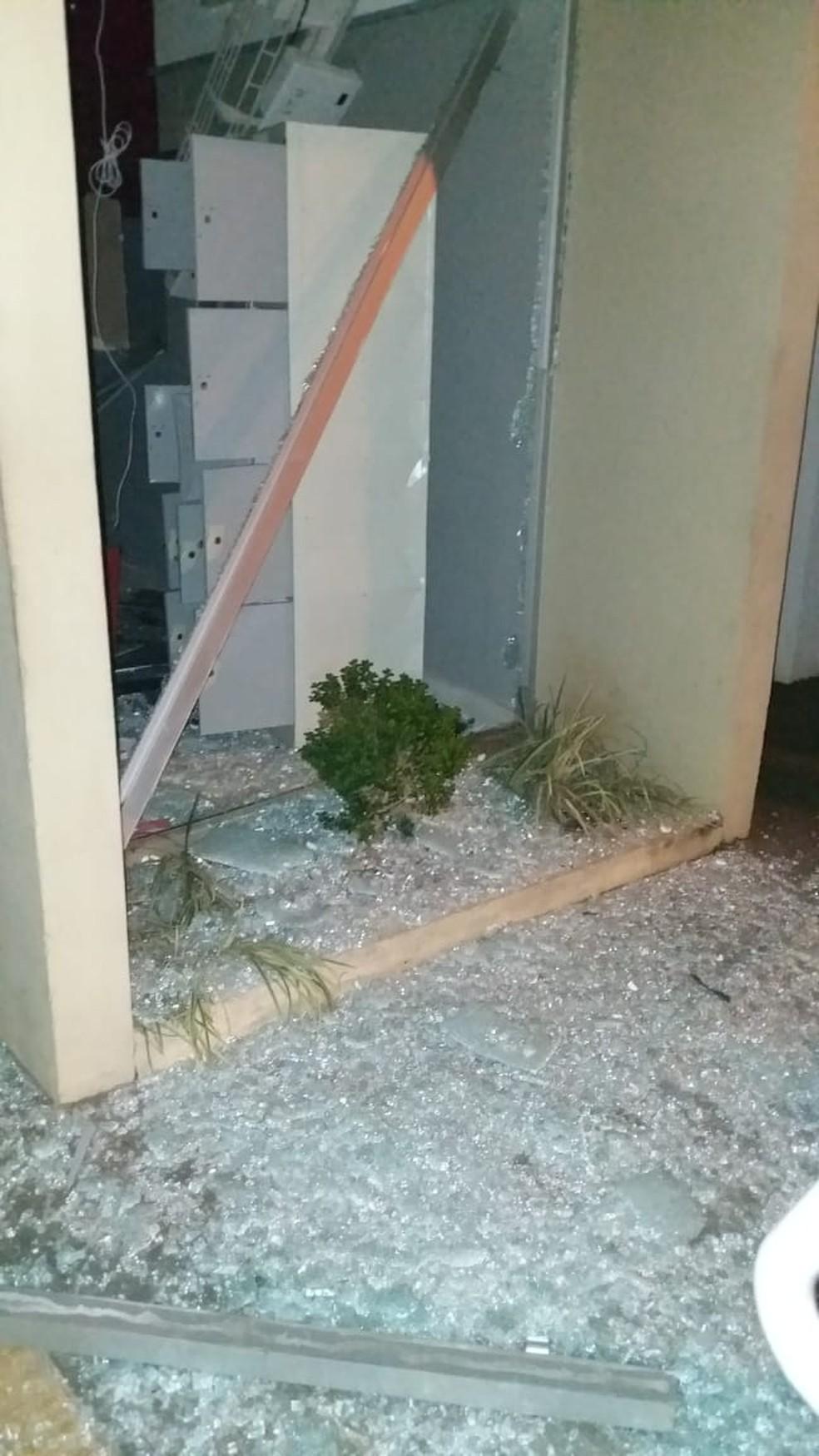Suspeitos explodem caixas de auto atendimento em Santa Maria da Serra — Foto: Redes sociais/Reprodução