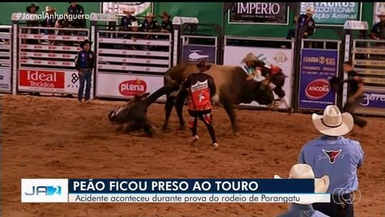 Peão fica preso pela perna ao cair de touro durante rodeio em Porangatu; vídeo