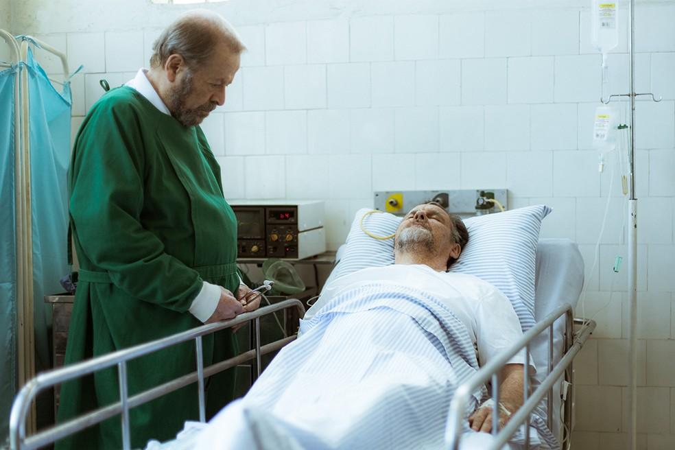 Arnaldo é morto dentro do quarto do hospital. No entanto, todos vão pensar que a morte foi em decorrência do infarto (Foto: Raphael Dias/Gshow)
