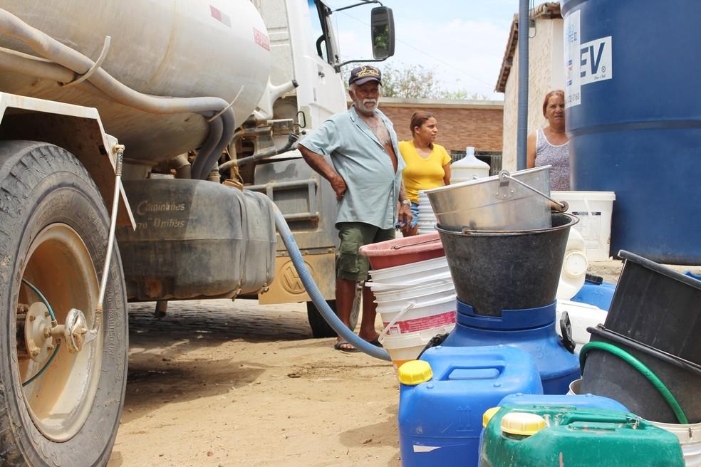 Esperar pela água, que chega aos chafarizes da cidade por meio de carros-pipa, já virou rotina na vida dos moradores de Santana do Matos (Foto: Anderson Barbosa/G1)