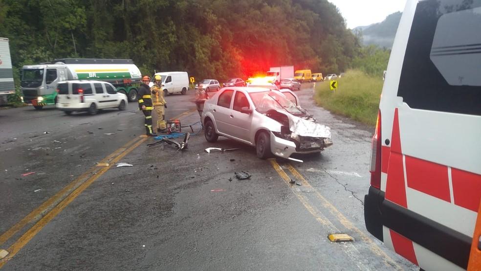 Carro ficou com a parte dianteira danificada no acidente  ? Foto: CRBM/Divulga??o