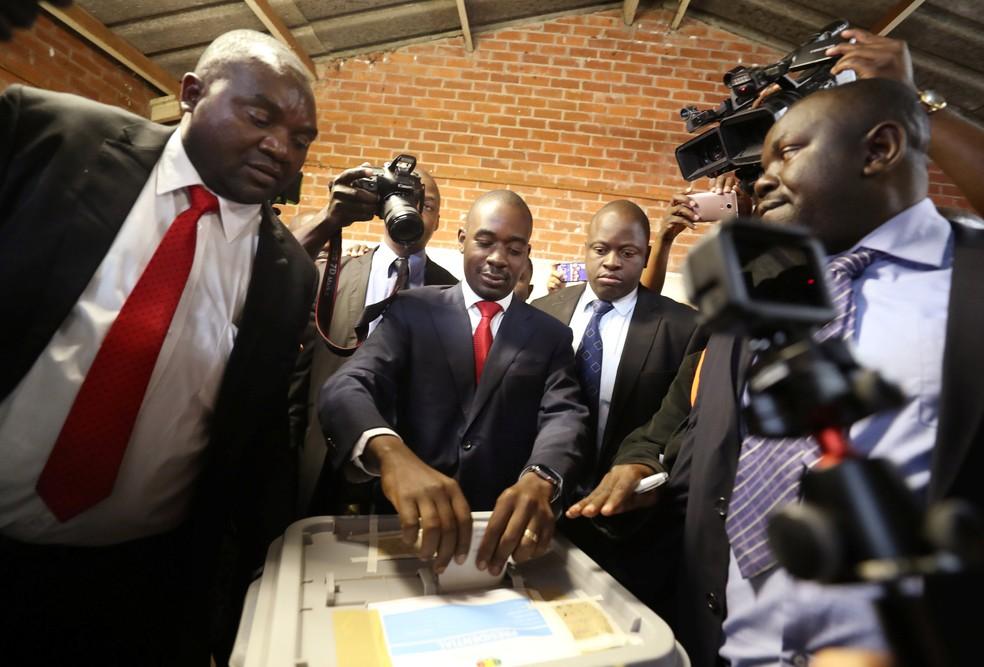 Candidato presidencial opositor Nelson Chamisa vota nesta segunda-feira (30) nas eleições do Zimbábue (Foto: Mike Hutchings/Reuters)