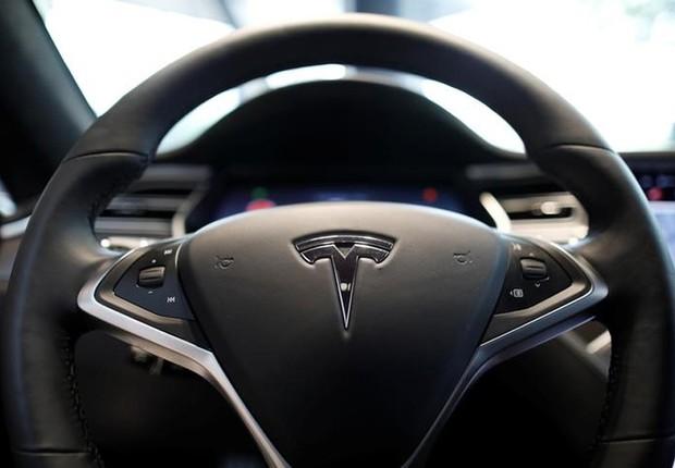 Logo da Tesla em volante de modelo da empresa (Foto: Kim Hong-Ji/Reuters)