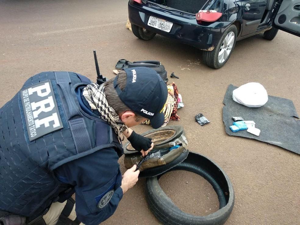 À polícia, o casal informou que estava levando os medicamentos - comprados no Paraguai - de Foz do Iguaçu, também no oeste do estado, até Curitiba (Foto: Polícia Rodoviária Federal/Reprodução)