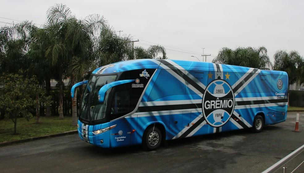 ônibus do Grêmio chega ao CT Luiz Carvalho — Foto: Eduardo Moura