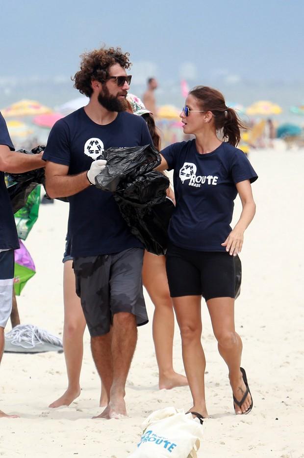 Fernanda de Freitas participa da Ação de Limpeza na Barra da Tijuca (Foto: AgNews)