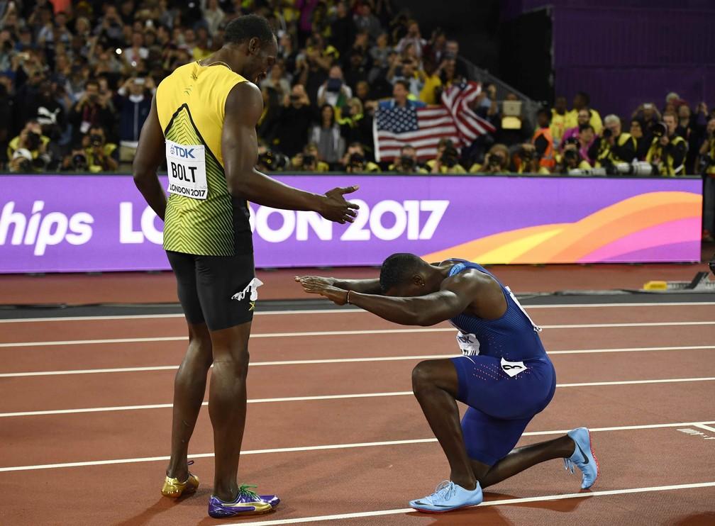 Gatlin reverencia Bolt ao final da prova (Foto: Reuters)