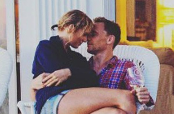 Taylor Swift no colo de seu namorado, Tom Hiddleston (Foto: Instagram)