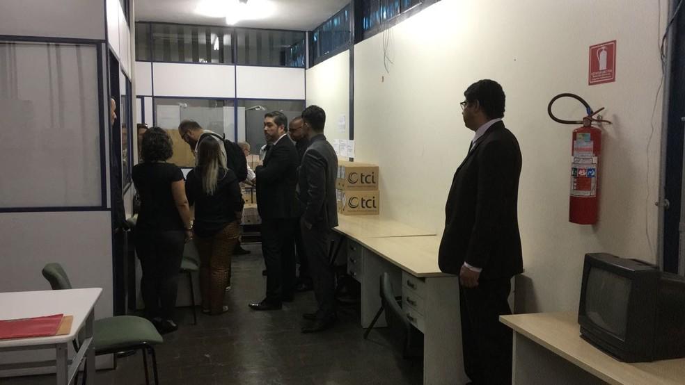 Promotores durante fiscalização na Farmácia de Alto Custo de Ceilândia (Foto: Bárbara Lins/TV Globo)