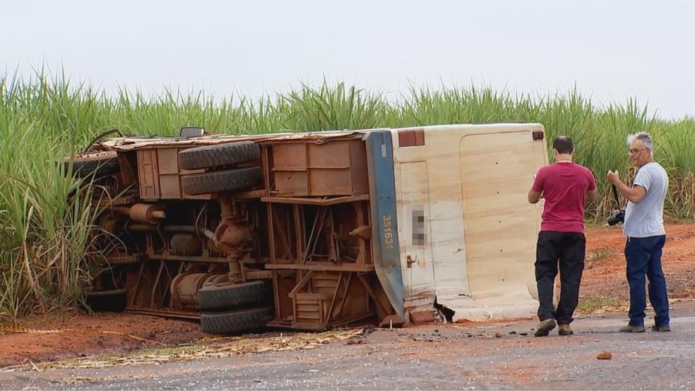 Caminhão chegou a tombar na estrada vicinal de Santa Adélia — Foto: Reprodução/TV TEM
