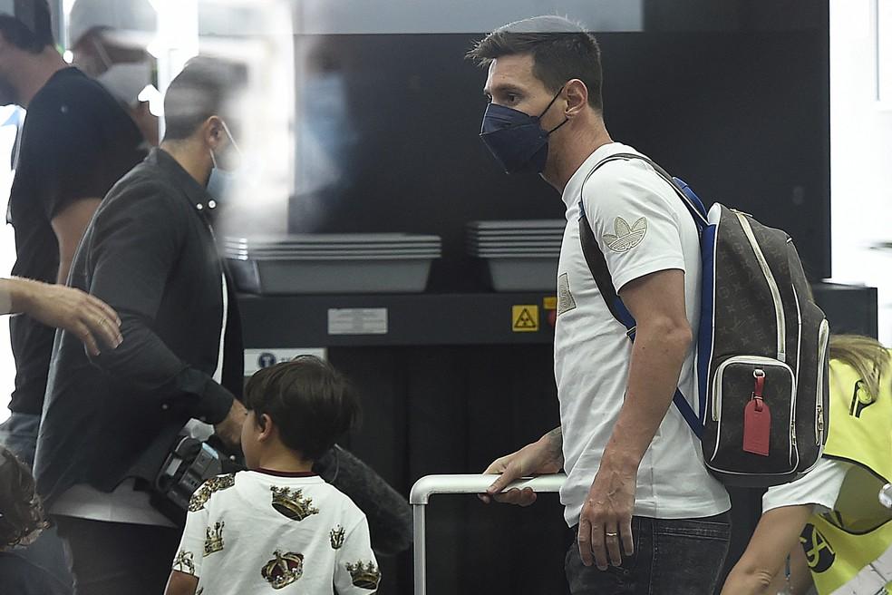 Messi pronto para embarcar no aeroporto de Barcelona — Foto: AFP