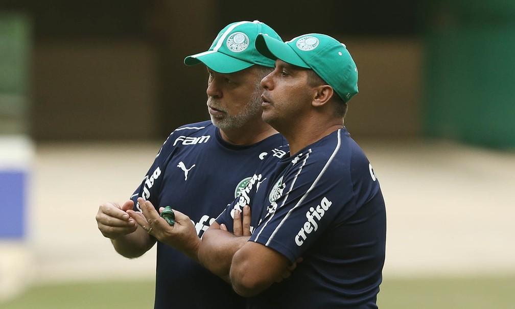 Mano Menezes ao lado do auxiliar e Sidnei Lobo, na Academia do Palmeiras — Foto: César Greco/Ag. Palmeiras