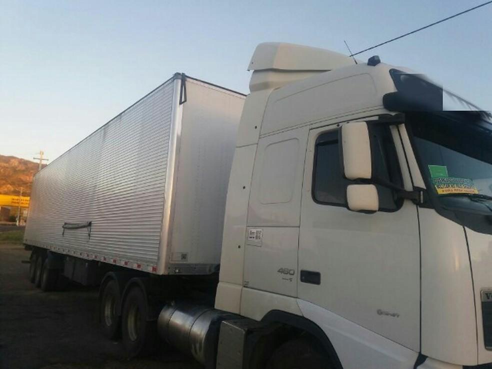Veículo transportava mercadoria diversas e o destino era Natal, no Rio Grande do Norte (Foto: Divulgação/ PRF)