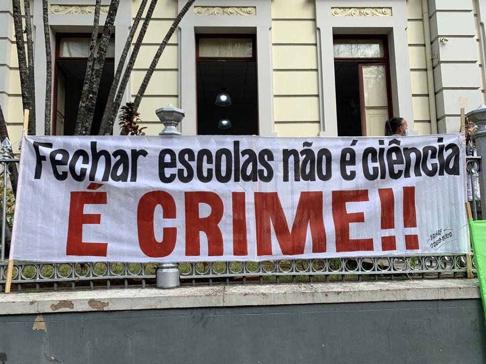 Cartaz foi pendurado durante manifestação em Juiz de Fora — Foto: Movimento Escolas Abertas/Divulgação