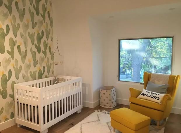 O papel de parede é destaque nesse quarto de bebê clássico em uma casa em Toronto, Canadá (Foto: Reprodução / Airbnb)