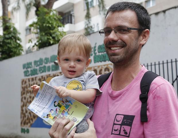 Thiago Macedo de Almeida e o pequeno Arthur com sua caderneta de vacinação atualizada (Foto: Marcelo de Jesus)