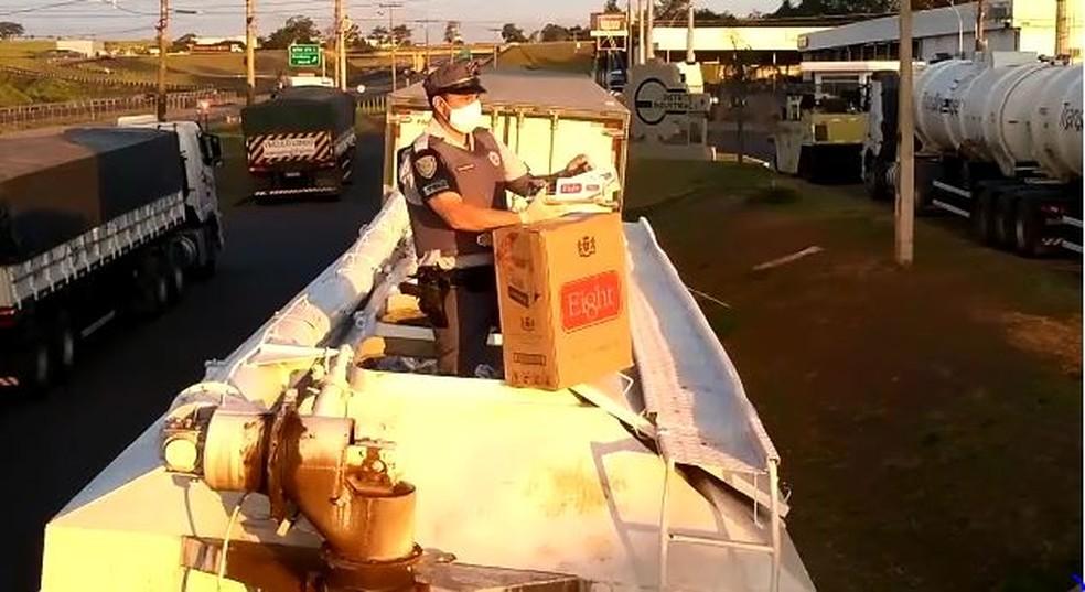 Cigarros estavam na carroceria de dois caminhões estacionados em um posto de São Manuel — Foto: Polícia Rodoviária/Divulgação