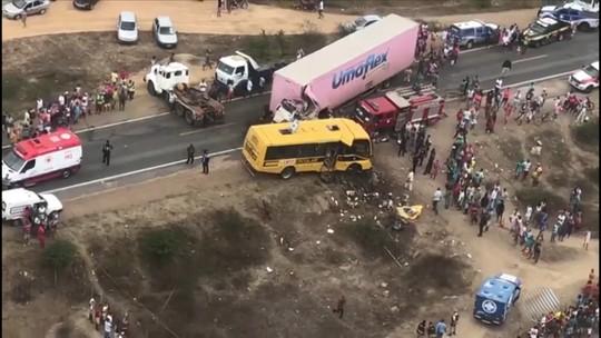 Enterradas na Bahia cinco vítimas de batida entre ônibus de fanfarra e carreta; 12 feridos seguem internados