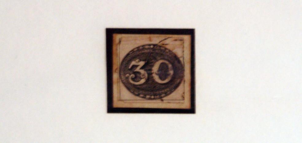 Primeiro selo postal do Brasil, de 1843, o Olho de Boi de 30 réis (Foto: Silvio Rosa Santos Martins/Arquivo Pessoal)