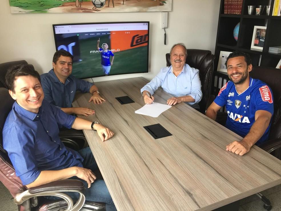 Fred, com a camisa do Cruzeiro, com o empresário, o diretor de futebol e o presidente do Cruzeiro (Foto: Divulgação / Cruzeiro)