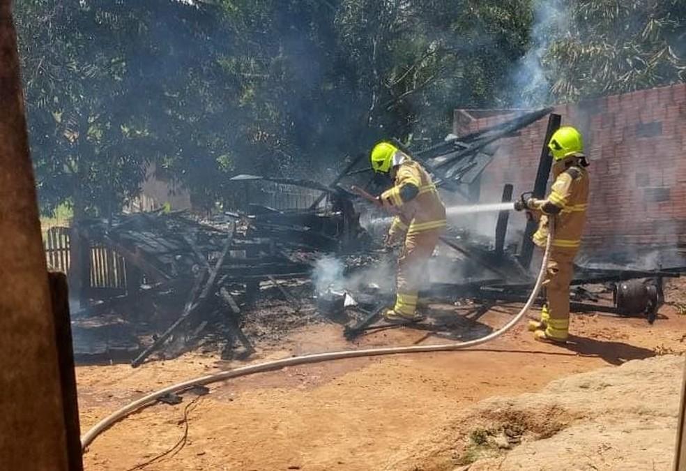Casa foi incendiada no mesmo bairro horas após adolescente ser baleado — Foto: Arquivo/PC-AC