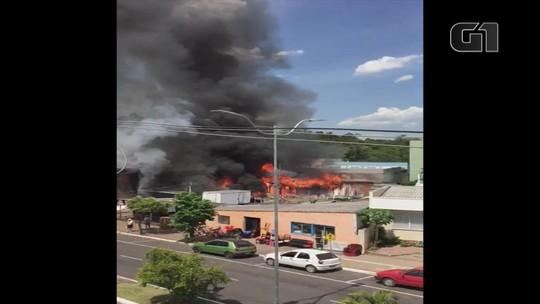 Incêndio atinge loja de materiais usados no Centro de Campo Bom