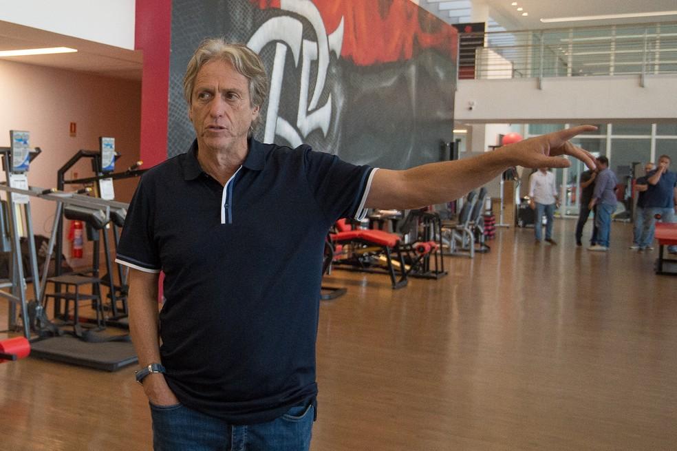 Jorge Jesus observou todos os detalhes do centro de treinamento — Foto: Alexandre Vidal / Flamengo