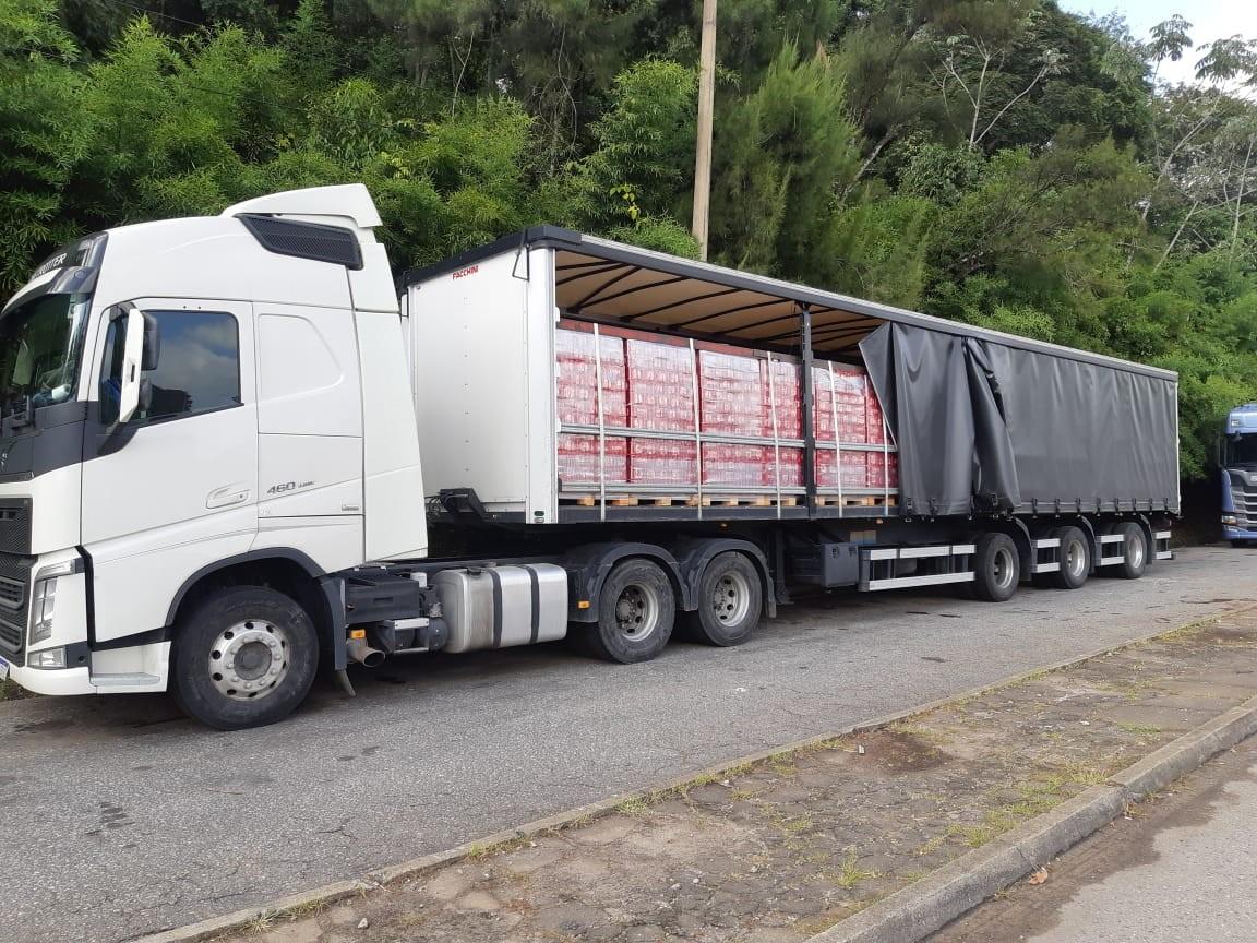 Carretas com 125 mil garrafas e latas de cerveja são apreendidas na BR-267 em Lima Duarte