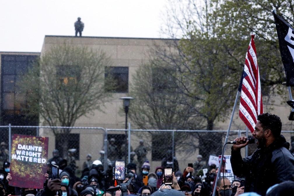 Toussaint Morrison fala aos manifestantes em frente ao departamento de Polícia do Brooklyn Center, que está sob forte esquema de segurança, após a morte do jovem negro Daunte Wright em uma abordagem policial no Minnesota, Estados Unidos, em 13 de abril de 2021 — Foto: Leah Millis/Reuters
