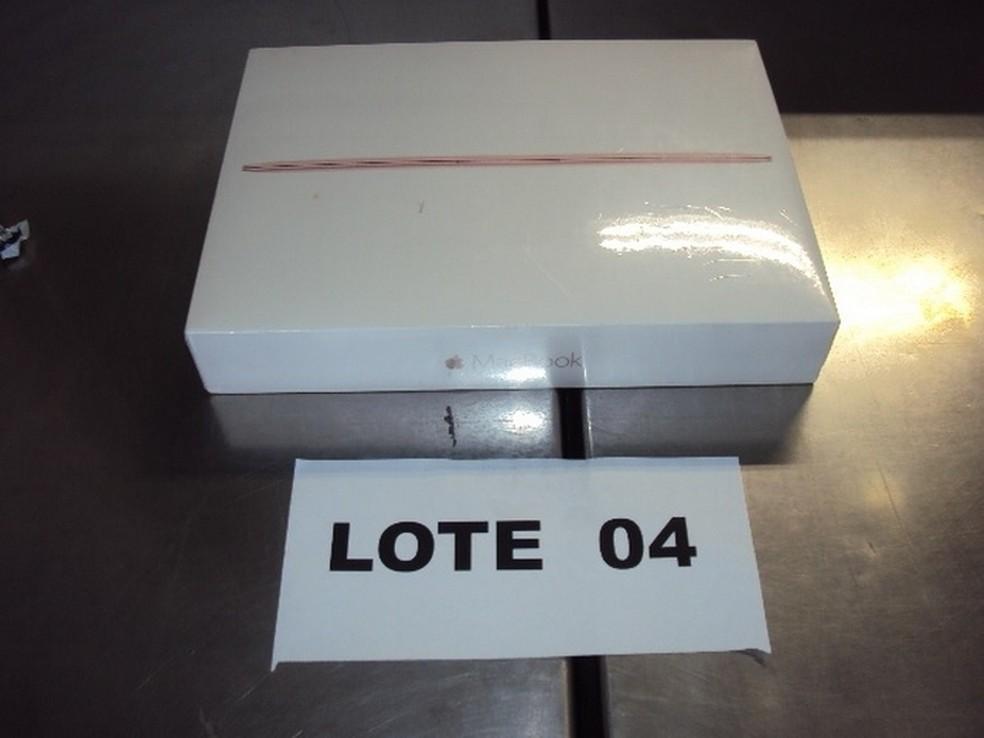 """MacBook de 12"""" na caixa tem lance a partir de R$ 2.100 no leilão da Receita Federal — Foto: Reprodução/Receita Federal"""