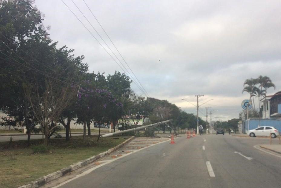 Carro derruba poste em acidente em Jacareí, SP - Notícias - Plantão Diário