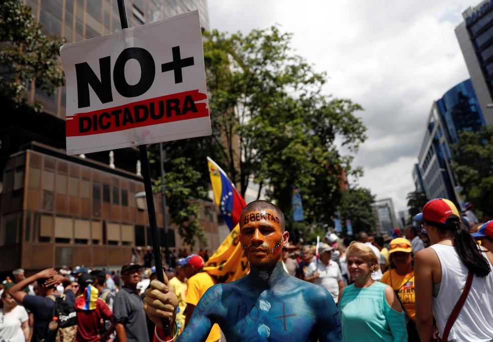 Manifestantes em ruas de Caracas contra o presidente da Venezuela, Nicolás Maduro, em 2019 — Foto: Carlos Garcia Rawlins/Reuters