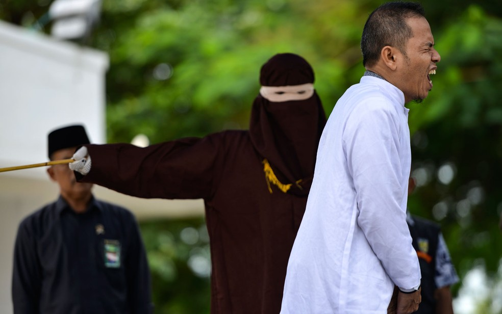 Mukhlis, membro do MPU, foi açoitado 28 vezes por ter violado a lei islâmica — Foto: Chaideer Mahyuddin/AFP