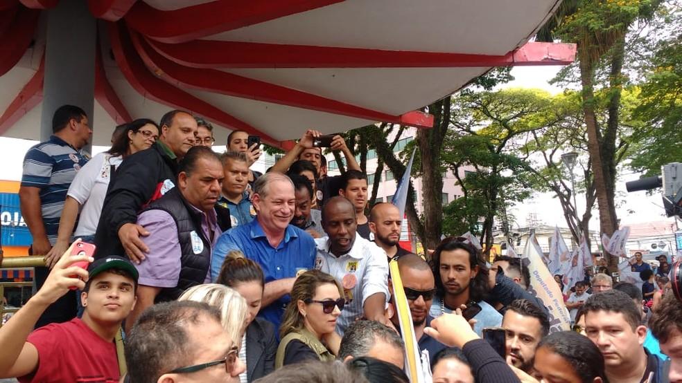 Ciro Gomes tirou foto com eleitores em coreto de Suzano (SP) — Foto: Maiara Barbosa/G1