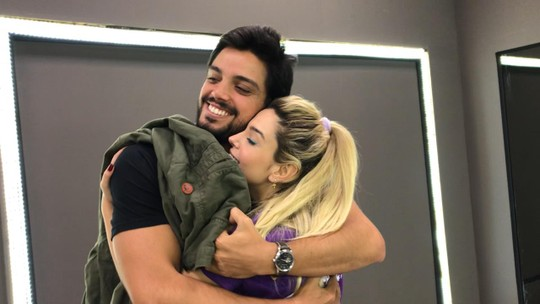 Rodrigo Simas faz surpresa para Giovanna Lancellotti nos bastidores do 'Dança dos Famosos'