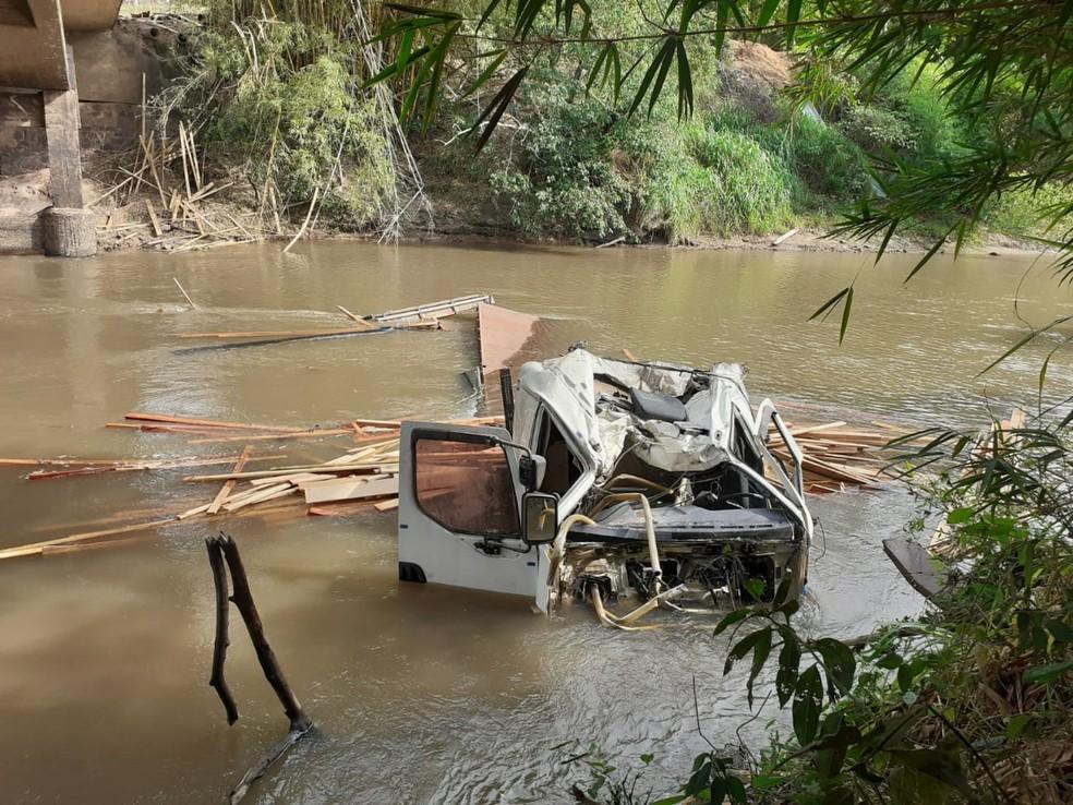 Bombeiros foram acionados após caminhão cair no Rio Peixe, entre Tupã e Quatá — Foto: Corpo de Bombeiros/Divulgação