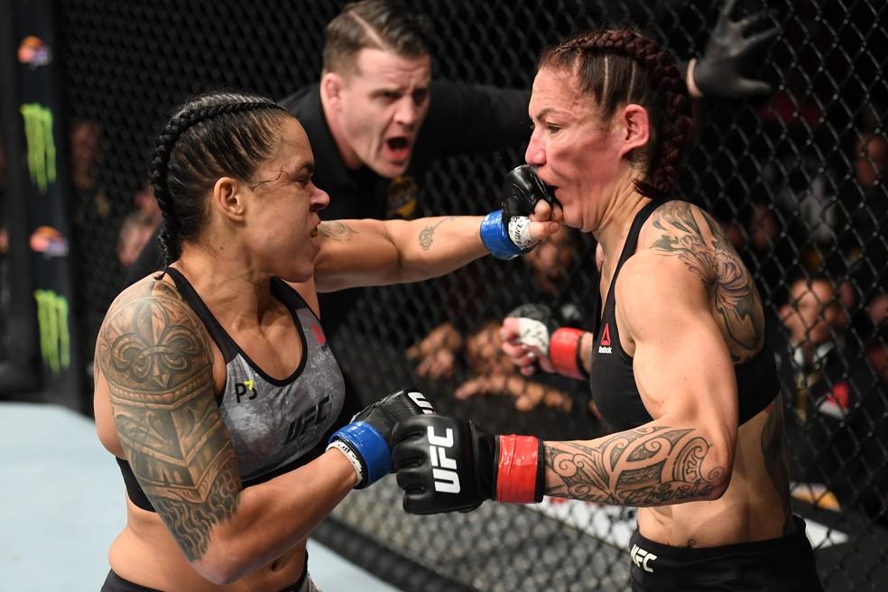 Amanda Nunes nocauteia Cris Cyborg no UFC 232 — Foto: Getty Images