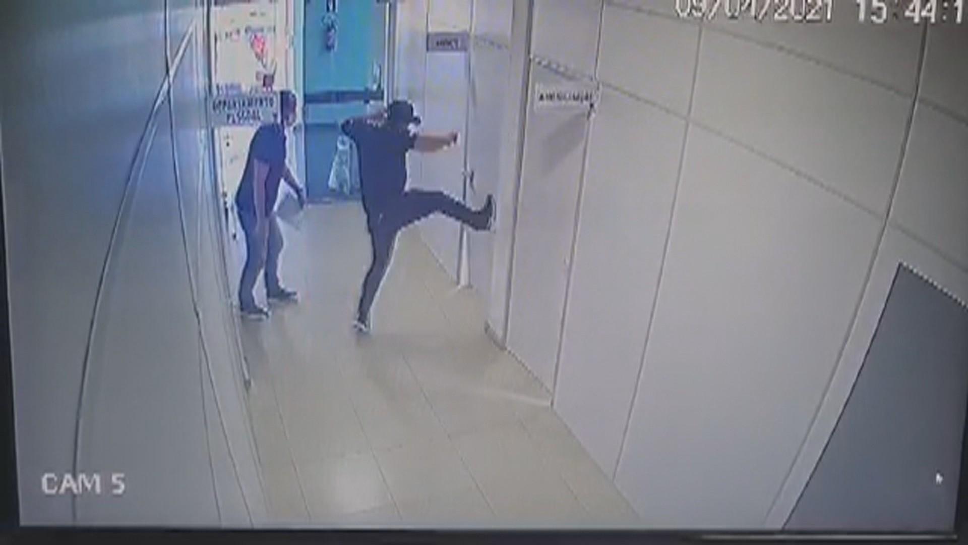 Imagens mostram momento em que porta do gabinete onde prefeito de Itapuca foi encontrado baleado é arrombada