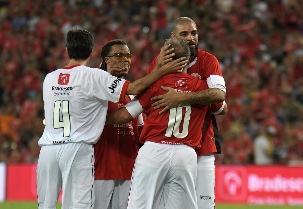 Adriano abraça Zico no Jogo das Estrelas (Foto: Alexandre Durão)