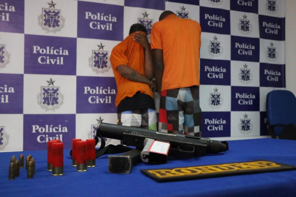 Segundo a polícia da Bahia, suspeitos de homicídio estavam com submetralhadora de uso restrito quando foram presos (Foto: Divulgação/SSP)
