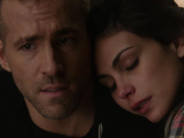 Ryan Reynolds interpreta o herói Deadpool, enquanto a brasileira Morena Baccarin faz seu par romântico (Foto: Divulgação)