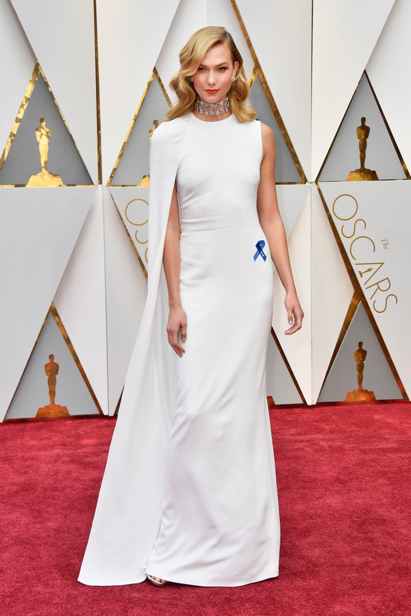 Karlie Kloss usa vestido com capa by Stella McCartney no Oscar (Foto: Getty Images)