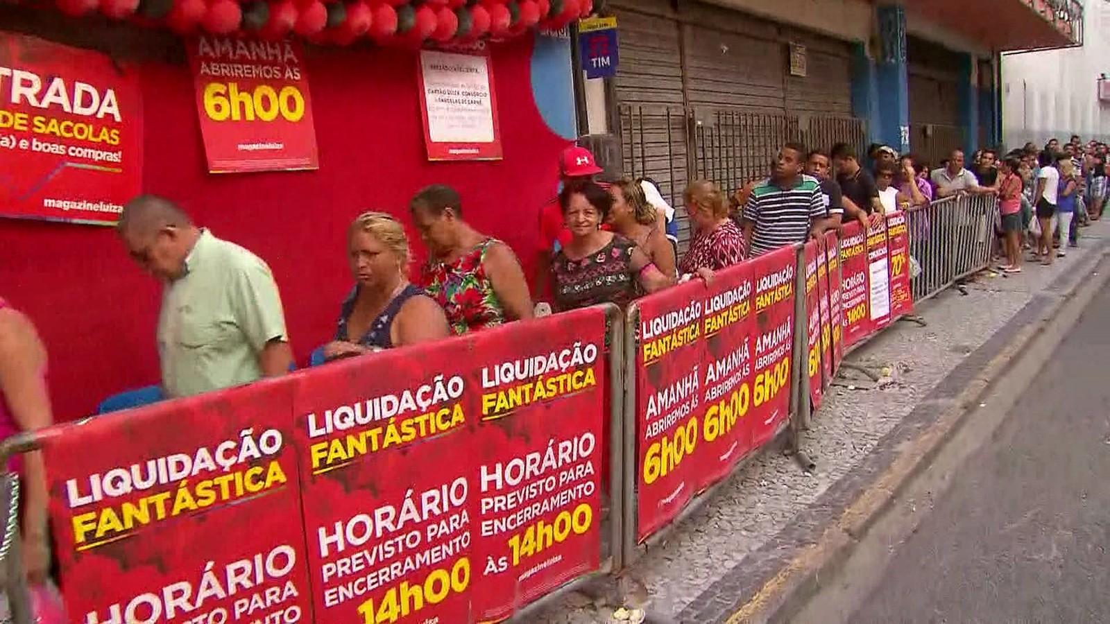 a33f8032a2c Liquidação em loja de rede nacional de varejo no Centro do Recife atrai  consumidores