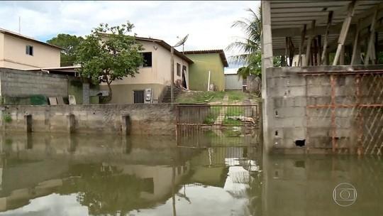 Obras da Samarco fazem lagoa transbordar e invadir casas no ES