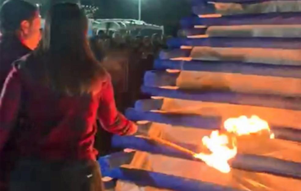 Rogério Lins, prefeito de Osasco, e a mulher acendem a fogueira em festa junina — Foto: Thiago Silva/Prefeitura de Osasco/Divulgação