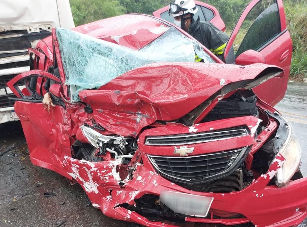 Batida entre carro e caminhão deixa duas mulheres mortas e uma ferida no sul da Bahia — Foto: Reprodução/Redes Sociais