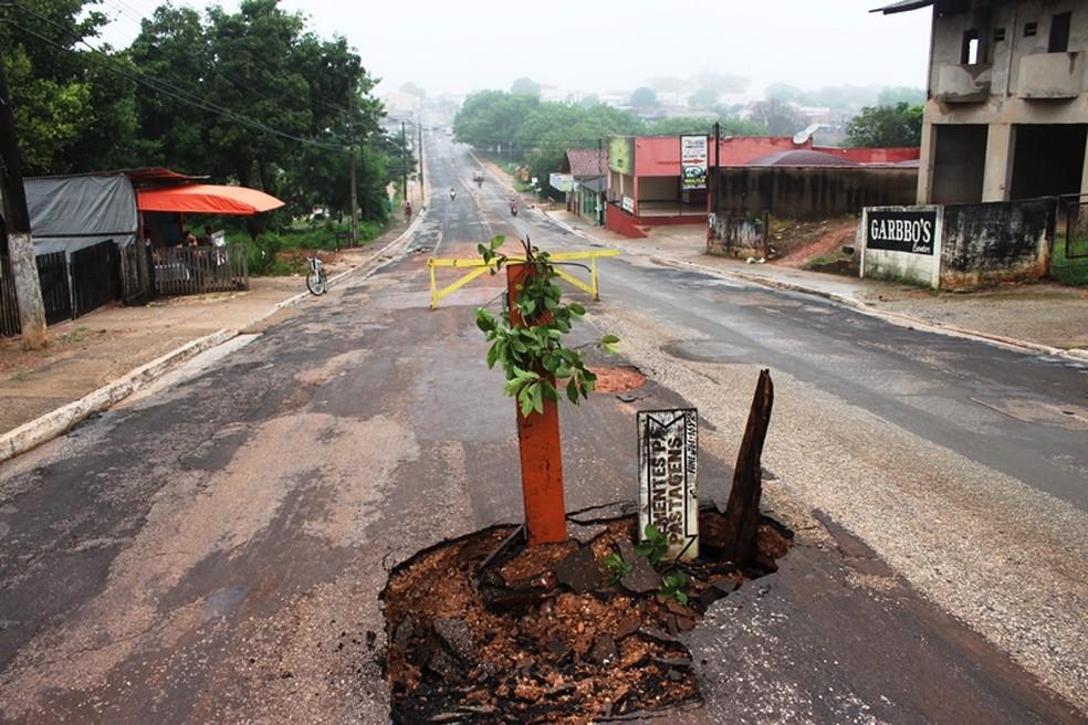 Buraco se abriu em avenida na região central da cidade (Foto: Pedro Paulo/ Prefeitura de Barra do Bugres-MT)