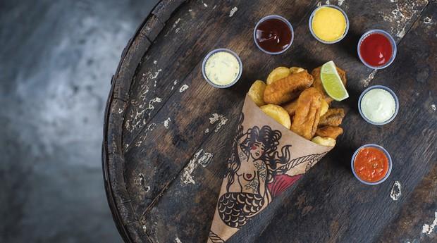A combinação de peixe e batata frita veio da Inglaterra, mas a ambientação do bar é inspirada em uma cervejaria de Bruxelas (Foto: Divulgação)